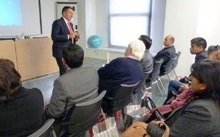Miguel Samper recibe una delegación de alcaldes de Perú